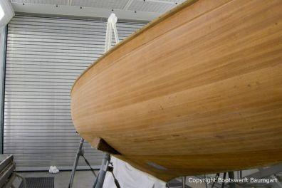 Der geschliffene Rumpf der Lacustre Segelyacht beim Refit in der Lackierkabine der Bootswerft Baumgart in Dortmund