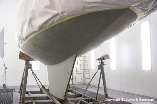 Unterwasserschiff der Lacustre Segelyacht in der Lackierkabine der Bootswerft Baumgart in Dortmund