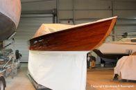Steuerbord Seite der Lacustre Segelyacht nach der Bootslackierung in der Werfthalle der Bootswerft Baumgart in Dortmund