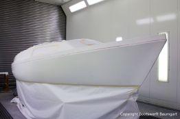 Grundierung der Bootslackierung beim Refit einer Varianta 65 in der Lackierkabine der Bootswerft Baumgart in Dortmund