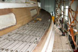 Teakdeck einer Vilm 106 beim Refit in der Werfthalle der Bootserft Baumgart in Dortmund
