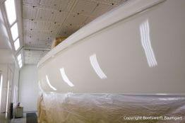 Bootslackierung einer Vilm 106 in der Lackierkabine der Bootswerft Baumgart in Dortmund