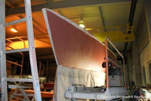 Grundierung des Rumpfes einer Comfortina 38 in der Werfthalle der Bootswerft Baumgart in Dortmund