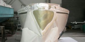 Bugspitze eines Jaguar 22 Segelkajütboots bei der Reparatur in der Werfthalle der Bootswerft Baumgart in Dortmund