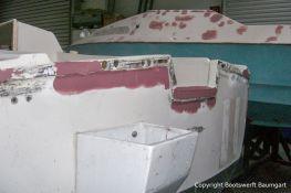 Heckspiegel eines Jaguar 22 Segelkajütboots bei der Reparatur in der Werfthalle der Bootswerft Baumgart in Dortmund