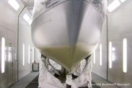Grundierung einer NAB 32 Segelyacht in der Lackierkabine der Bootswerft Baumgart in Dortmund