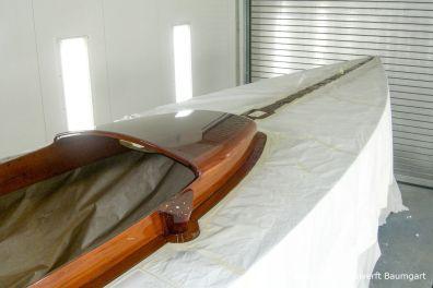 Deck eines Drachen / Dragon Segelbootes bei der Bootslackierung / Restauration in der Lackierkabine der Bootswerft Baumgart in Dortmund