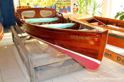 Klassisches Holzruderboot nach durchgeführter Restauration im Verkaufsraum der Bootswerft Baumgart in Dortmund