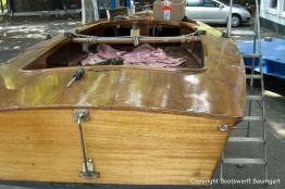 Ankunft eines Holz Kielzugvogel zur Restauration auf dem Werftgelände der Bootswerft Baumgart in Dortmund