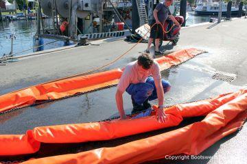 Vorbereitung der Hebegurte bei der Bergung der Riva Super Aquarama durch die Bootswerft Baumgart
