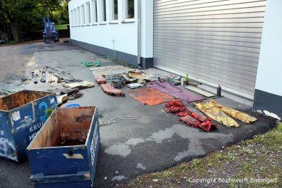 Trocknen der gefundenen Teile nach der Bergung der Riva Super Aquarama auf dem Werftgelände der Bootswerft Baumgart in Dortmund