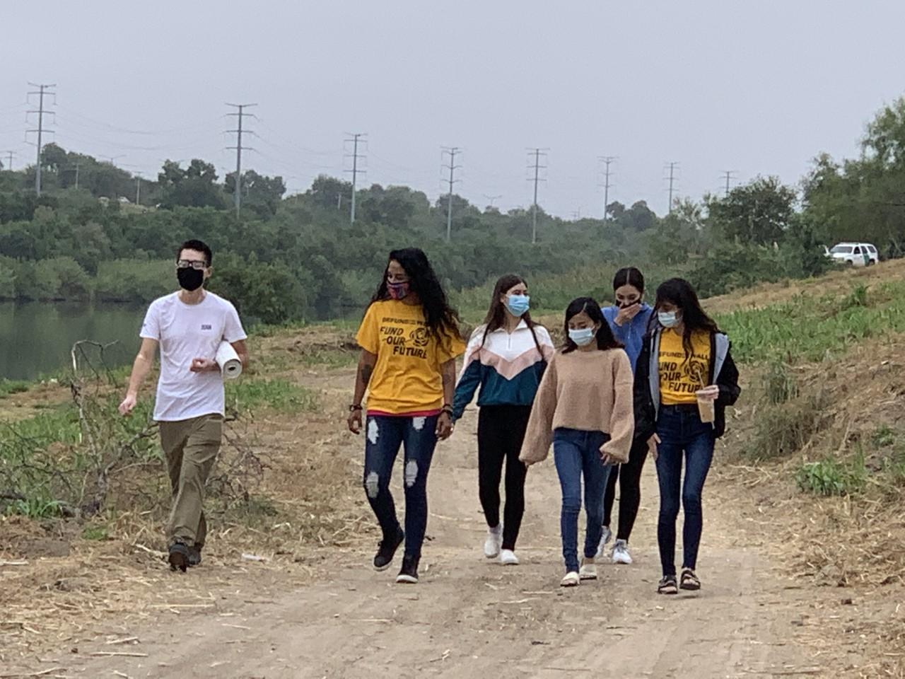 jóvenes contra el Muro fronterizo