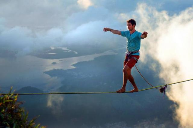 Extreme-Walk-by-Brian-Mosby-on-a-Tightrope-at-an-Altitude-of-850-Meters-Near-Rio-de-Janeiro-9