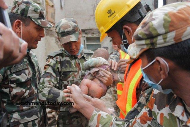 bebe-4-meses-rescatado-terremoto-nepal (7)