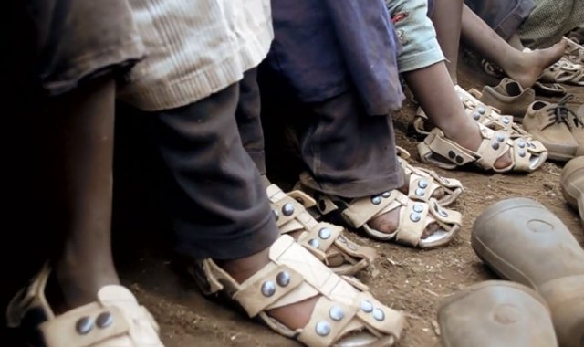 sandalia-ajustable-ninos-pobres-calzado-crece-kenton-lee (2)