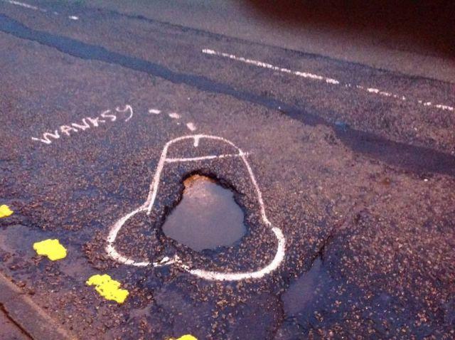 wanksy-graffitis-penes-baches-manchester (5)