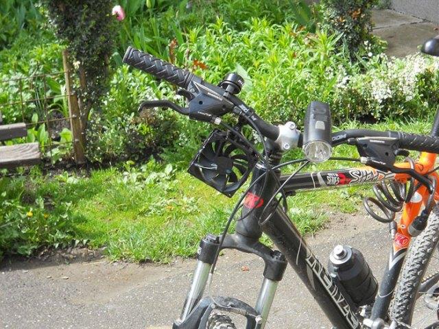 cargador-movil-eolico-casero-bici-thomas (3)