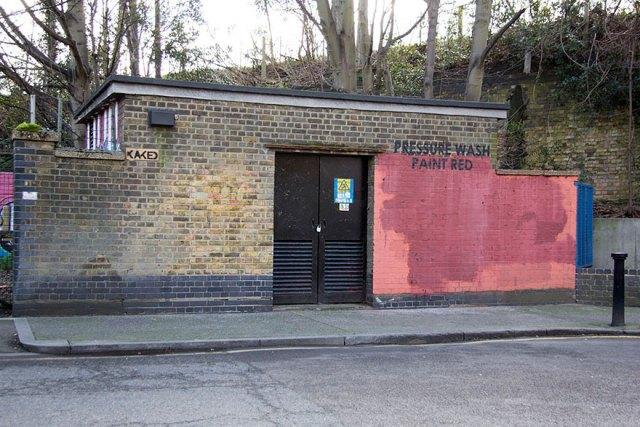 experimento-grafitti-pared-roja-limpieza-mobstr-londres (23)