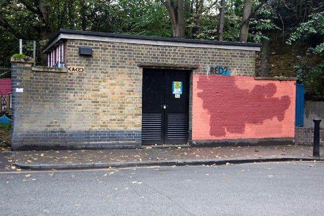 experimento-grafitti-pared-roja-limpieza-mobstr-londres (41)