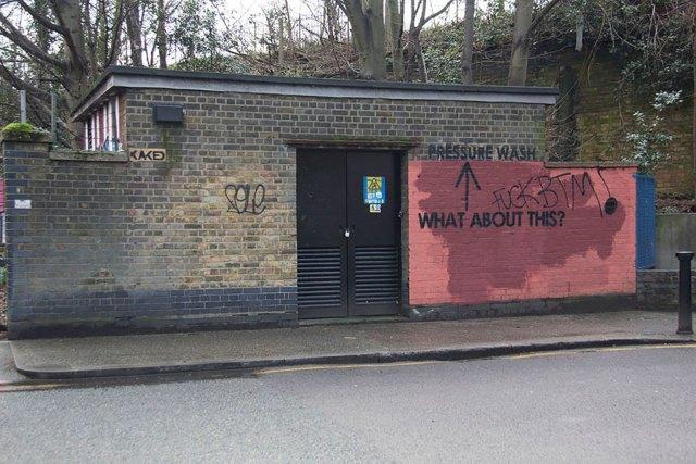 experimento-grafitti-pared-roja-limpieza-mobstr-londres (47)