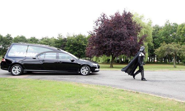 funeral-lorna-johnson-dirigido-darth-vader-luton (3)