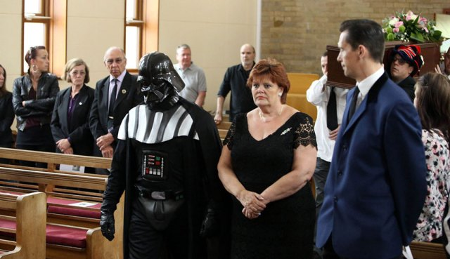 funeral-lorna-johnson-dirigido-darth-vader-luton (4)