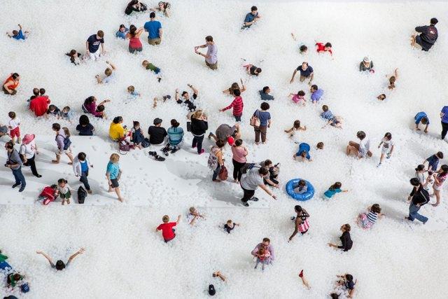 instalacion-playa-oceano-burbujas-plastico-snarkitecture-museo-nacional-construccion (8)