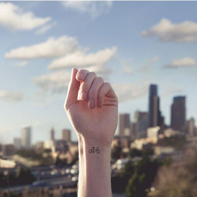 fotos-conceptuales-tatuajes-diminutos-munecas-austin-tott (8)