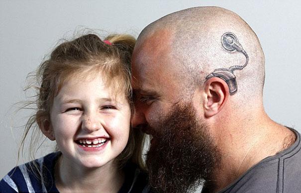 padre-tatuaje-implante-coclear-hija-alistair-campbell (1)
