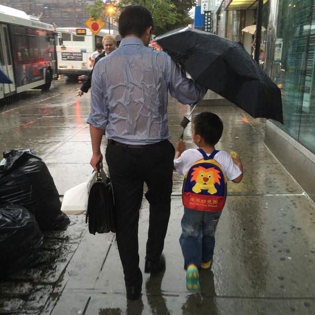 padre-mojado-paraguas-hijo