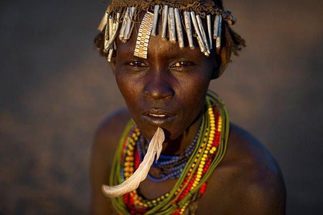 basura-reciclada-adornos-tribus-valle-omo-etiopia-eric-lafforgue (1)