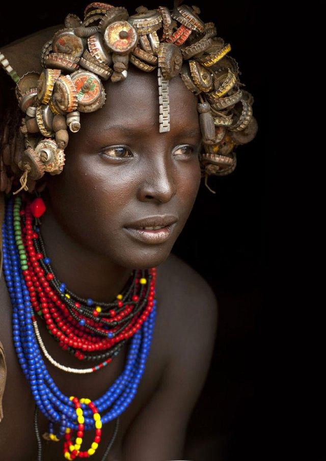 basura-reciclada-adornos-tribus-valle-omo-etiopia-eric-lafforgue (8)