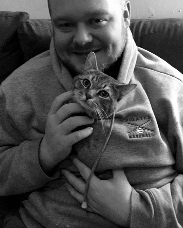 gato-callejero-adoptado-sentarse-humanos-wilbur (3)