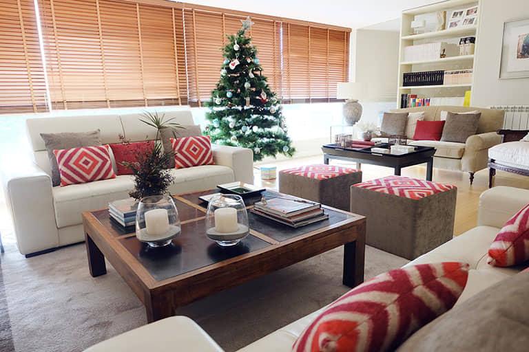 Salón con arbol de navidad al fondo