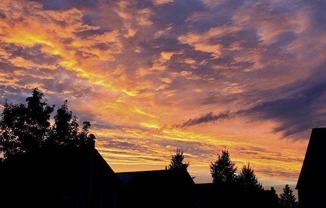 Regrann from @enjoylien –  #clouds #color #sky #sun #natureperfection #hometown – #regrann  #born #borninbeeld #limburg #cloudporn