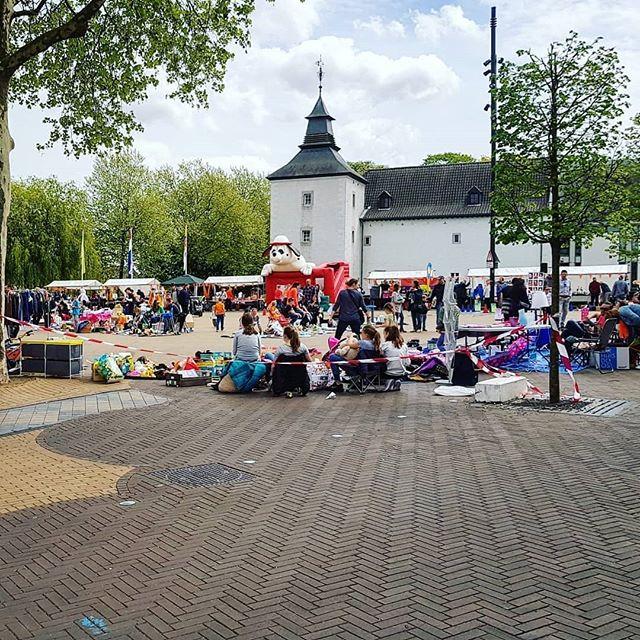 Vrijmarkt in Born  Regrann from @eetbaarlimburg.nl –  Allemaal een fijne Koningsdag gewenst!  Voor mij is het vandaag rommelmarkten afgaan en eetkraampjes afwerken ?. Wat doe jij vandaag? – #regrann  #born #borninbeeld