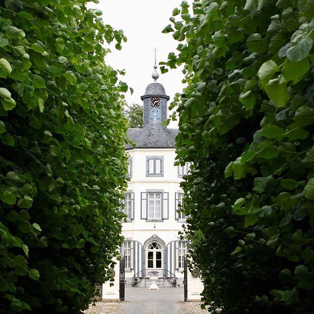 #Repost from @enjoylien  Kasteel Obbicht #castle #kasteel #limburg #netherlands #doorkijkje #haag #door #borninbeeld