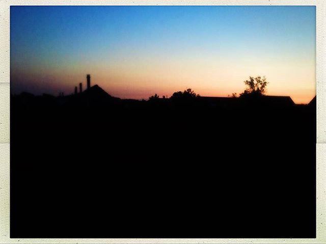 #Repost from @dennis.robroek #sunset #skyline #sittardgeleen #sittardgeleenborn #born #borninbeeld #summer #sky #colours #rooftop