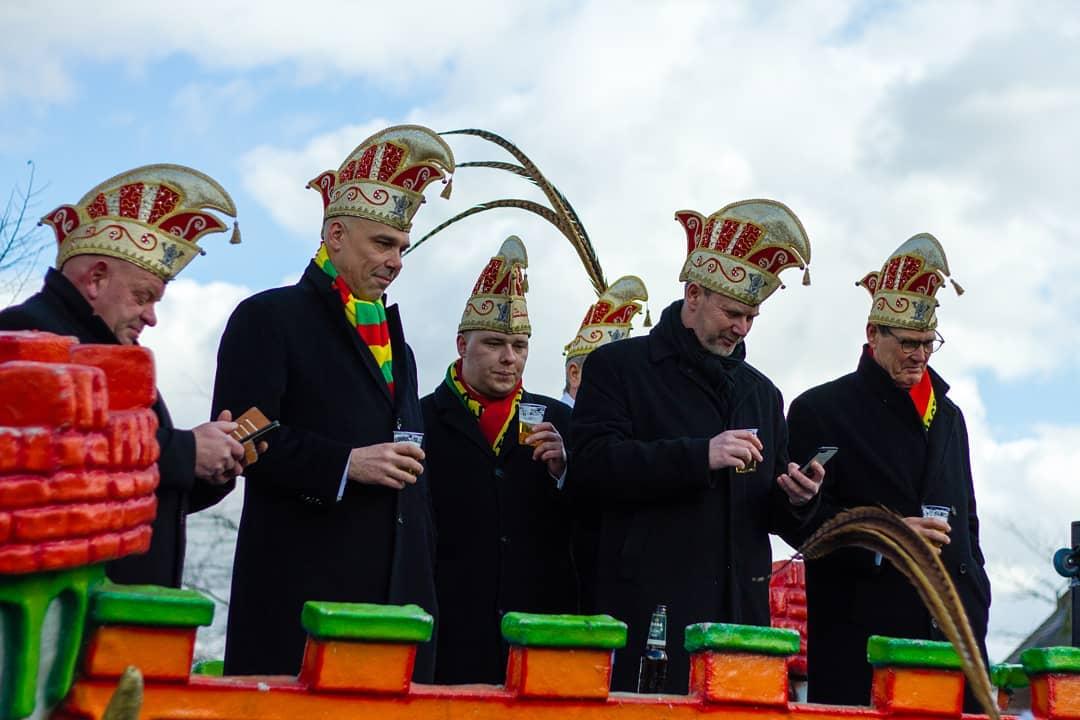 Wat stoan dees leden van de road zich hie te bedenke?  #born #bessemebenjers #carnaval #limburg #borninbeeld