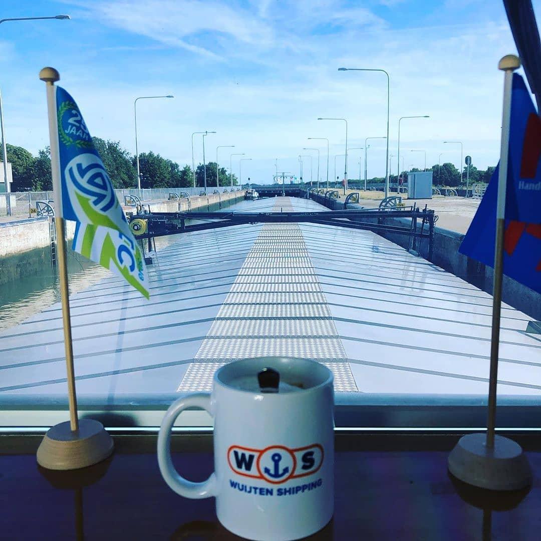 Goedemorgen! Op naar ijmuiden! 📸 @wuijten_shipping  #born #rijkswaterstaat #sluis #sluisborn #borninbeeld #limburginbeeld #limburg #visitzuidlimburg #visitlimburg
