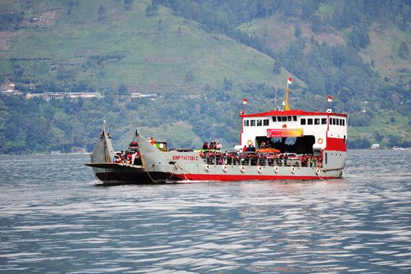 kapal menuju pulau samosir