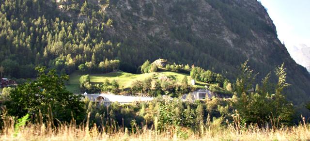 写真1-渓谷に建設された弾薬庫-(ツェルマット郊外にて)