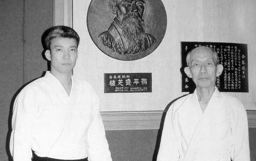 Kisshomaru Ueshiba oğlu Moriteru Ueshiba ile birlikte