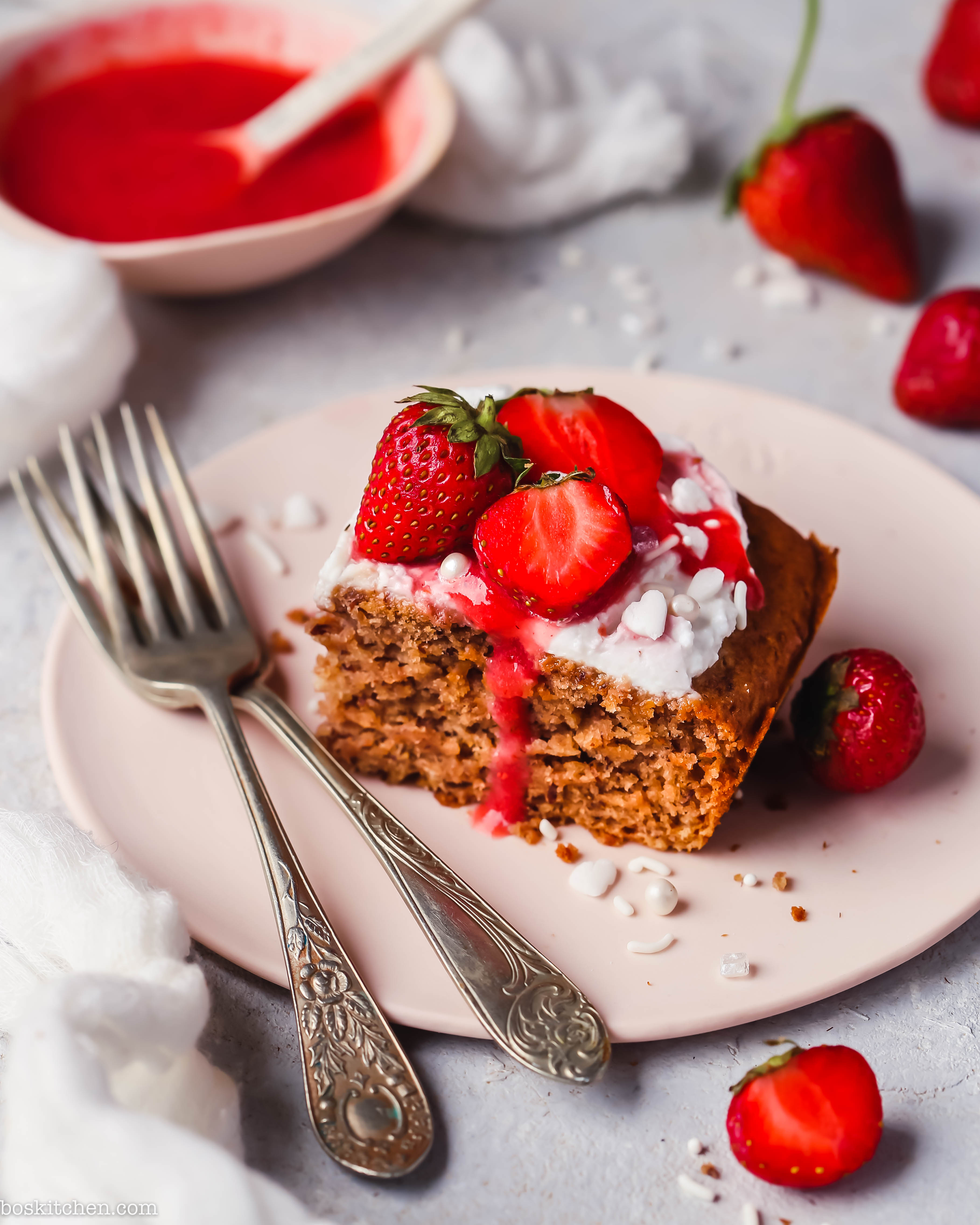 strawberry cake coyo frosting