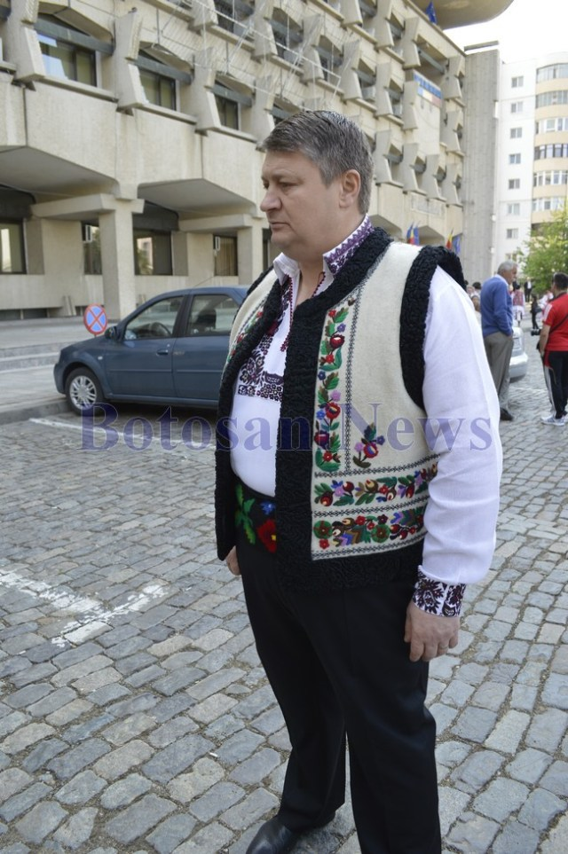 florin turcanu in costum popular in fata CJ Botosani