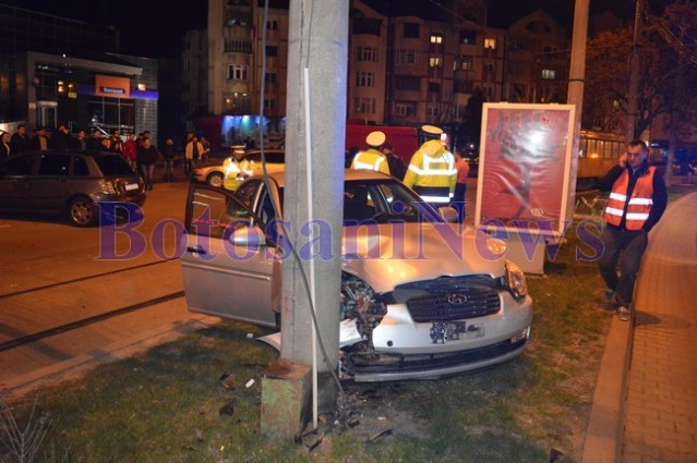 hyundai izbit in stalp accident in fata mallului din Botosani