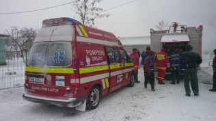 pompieri-incendiu-casa-iarna-zapada2