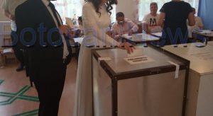 Un mire și mireasa lui, din Botoșani, au mers la vot, duminică, chiar în ziua nunții lor