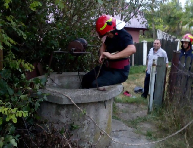 femeie cazuta in fantana la Dangeni, scoasa de pompierii din Botosani