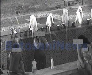 femeie din Botosani facand baie in fantana arteziana din Centrul Vechi